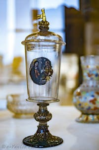 Vase religieux en verre de Murano émaillé du XVIIe siècle au musée du verre de l'île de Murano à Venise