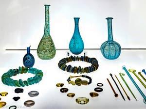 Carafe, colliers et bagues en verre de Murano du XVe siècle, au musée du verre de l'île Murano à Venise