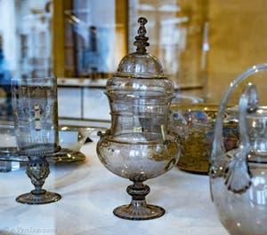 Coupe à dragées ou reliquaire, verre fumé gravé à la pointe de diamant, émaillé à froid et doré à l'or fin, seconde moitié du XVIe siècle, au musée du verre de Murano à Venise