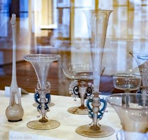 Verres à pied du XVIe siècle au musée du verre de l'île de Murano à Venise