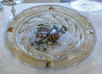 Apollon et les muses de Marcantonio Raimondi, plat de parade émaillé et doré à froid sur le revers, de la moitié du XVIe siècle, au musée du verre de Murano à Venise