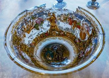 Plat emaillé et doré à l'or fin décoré d'allégories et triomphes de divinités marines, scènes mytologiques et portrait d'un guerrier, deuxième moitie du XVIe siècle au musée du verre de Murano à Venise