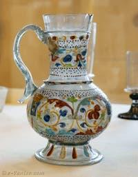 Carafe multicolore en verre emaillé deuxième moitié du XVe siècle au musée du verre de l'île de Murano à Venise