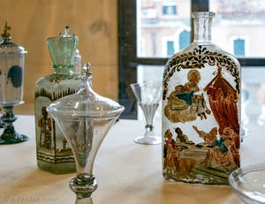 Flacons en verre de Murano émaillé, XVIIe-XVIIIe siècle au musée du verre de l'île de Murano à Venise