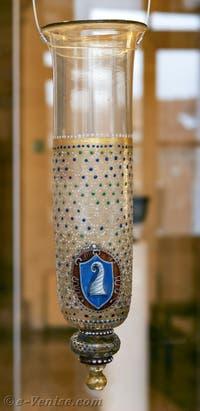 Partie d'une lampe suspendue en verre de Murano dite Cesendello avec le blason de la famille Tiepolo, verre incolore soufflé et émaillé d'or et pigments à chaud, fin XV, début XVI siècle au musée du verre de Murano à Venise