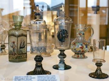 Vases et flacons du XVIIe siècle au musée du verre de l'île de Murano à Venise