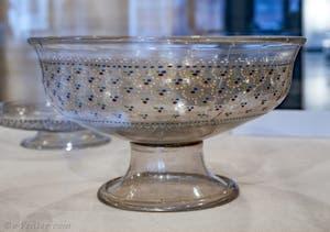 Coupe sur pied en verre incolore soufflé et émaillé à chaud avec des émaux multicolores et de l'or, fin XVe - début XVIe siècle, musée du verre de Murano à Venise