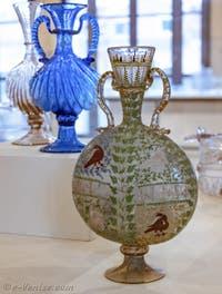 Flasque de pellerin, en verre légèrement fumé, décoré de feuillages et de quatre colombes, émaillé à chaud, fin XVe début XVIe siècle, musée du verre de Murano à Venise