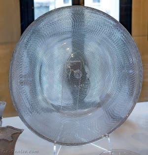 Plat en verre dit Reticella du XVIIe siècle, au musée du verre de l'île de Murano à Venise