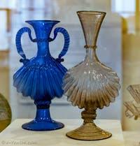 Service à huile et vinaigre en forme de coquille bivalve , fin du XVIe début XVIIe siècle, au musée du verre de Murano à Venise
