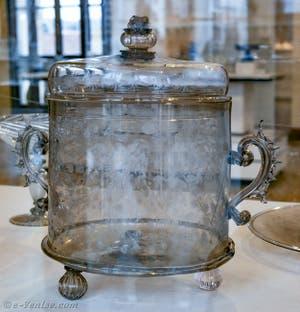 Vase avec couvercle en verre fumé et décoré de motifs floraux gravés à la pointe de diamant. Fin du XVIe début du XVIIe siècle, au musée du verre de Murano à Venise