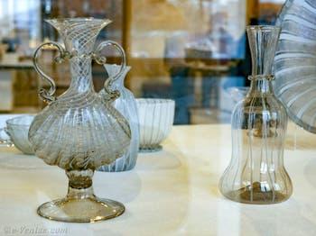 Falsque en forme de coquille bivalve, verre à inclusion de fil dit à vermicelle, fin du XVIe début XVIIe siècle, au musée du verre de Murano à Venise