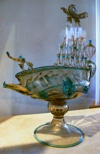 Carafe en forme de bateau de Vivarini Hermonia en verre paillé, première moitié du XVIe, musée du verre de Murano à Venise