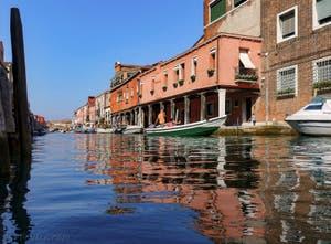 Les reflets du Rio dei Vetrai devant la Fondamenta Daniele sur l'île de Murano à Venise.