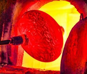 Soufflage du Verre de Murano dans le four à Venise