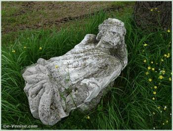 """Sculpture provenant de l'île de San Giorgio Maggiore, un """"raté"""", sur l'île du Lazzaretto Nuovo à Venise"""