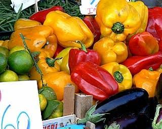 L'Erberia, des amas de tomates, de piments et d'aubergines