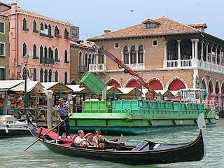 Fin de matinée à l'Erbaria, la péniche des éboueurs et la gondole des touristes