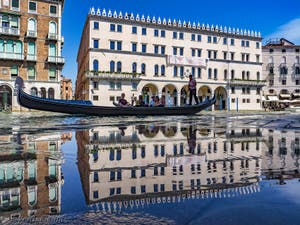 Gondole sur le Grand Canal de Venise devant le Fondaco dei Tedeschi