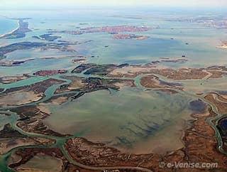 Venise, en haut de l'image, et sa lagune vue aerienne