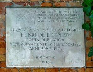 Plaque commémorative située sur le mur du jardin du Palazzo Dario, sur le Campiello Barbaro, qui honore Henri de Régnier, dans le sestier du Dorsoduro à Venise