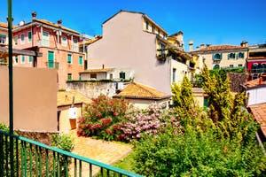 La vue sur le jardin depuis le balcon-terrasse de l'appartementMadona Cannaregio à Venise en Italie