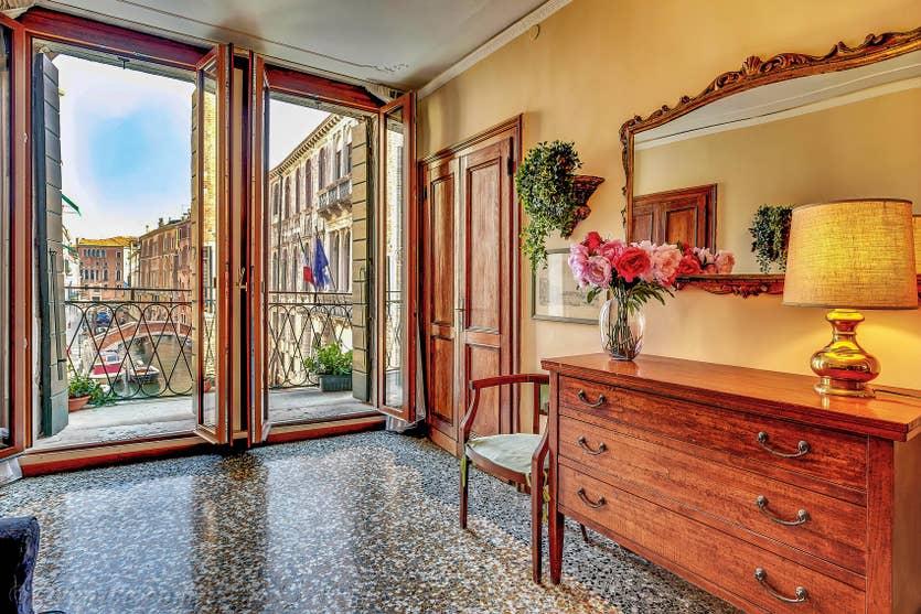 Location Palazzetto Bernardo à Venise, l'entrée et la vue sur le Rio de San Severo