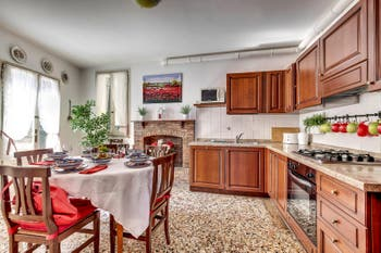 La cuisine-salle à manger du Palazzetto Bernardo à Venise en Italie