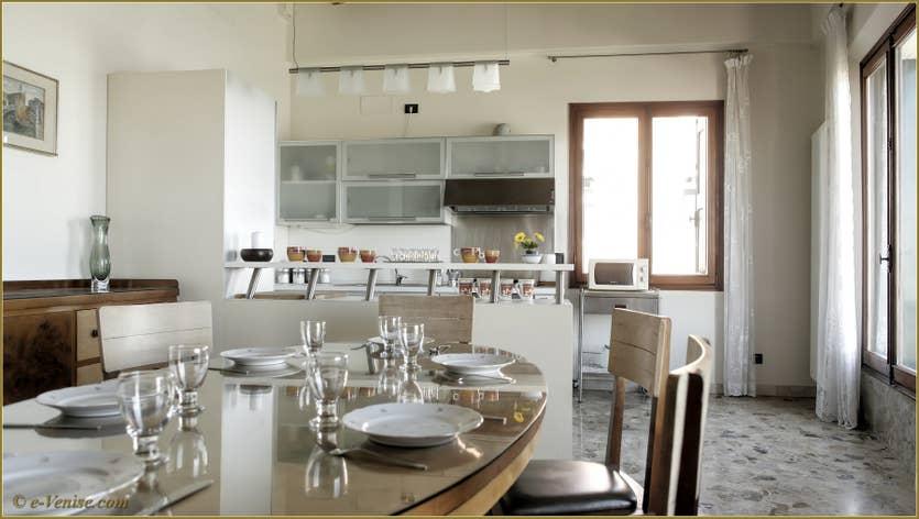 Location Ca' Colombina à Venise, la salle à manger et la cuisine
