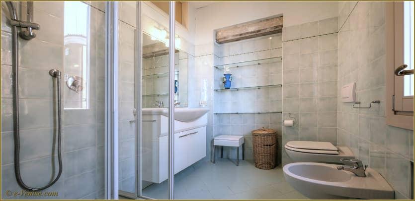 Location Ca' Colombina à Venise, la salle de bains de la première chambre
