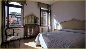 La chambre principale de l'appartement Campiello Barbaro, dans le sestier du Dorsoduro à Venise.