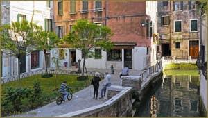 Le joli Campiello Barbaro, le long du rio de le Torresselle, dans le sestier du Dorsoduro à Venise.
