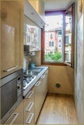La cuisine de l'appartement Campiello Barbaro, dans le sestier du Dorsoduro à Venise.