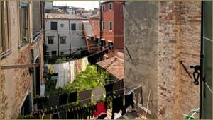 La vue depuis la  Chambre de l'appartement la Tana, dans le Castello à Venise.
