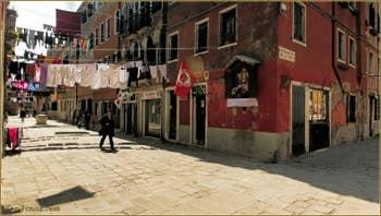 La Corte Nova et son linge ainsi que Don Camillo et Peppone : niche votive et local communiste qui cohabitent !