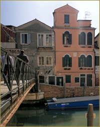 La maison rose de la Tana, dans le Sestier du Castello à Venise.
