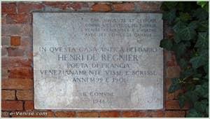 La plaque située sur le mur du jardin du Palazzo Dario, sur le Campiello Barbaro, qui honore Henri de Régnier, dans le sestier du Dorsoduro à Venise