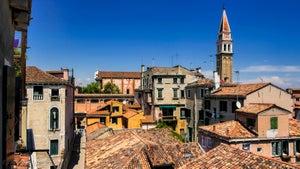 La vue sur le Campanile et les toits de San Francesco de la Vigna depuis la Casa dei Bombardieri à Venise.