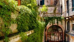 La vue depuis le Salon Salle à Manger sur le palais voisin de la Cristie Terrasse, dans le sestier du Castello à Venise.