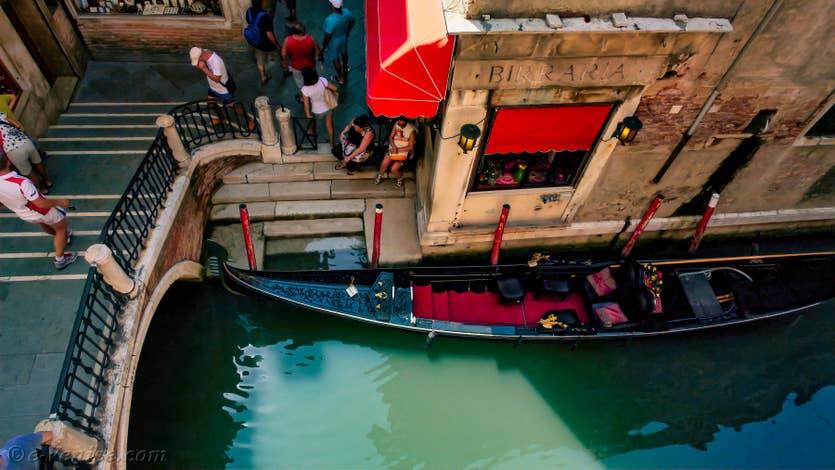Location Ferali Zulian à Venise, la vue sur les gondoles et le rio