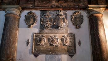 Les Sculptures de l'entrée de Goldoni Vista, dans le Sestier de Saint-Marc à Venise.
