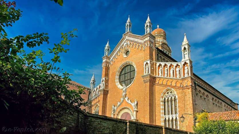 Location Jardin de l'Orto à Venise, La façade de la Madonna de l'Orto vue depuis le jardin