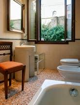 La première Salle de Bains de l'appartement Jardin de l'Orto à Venise.