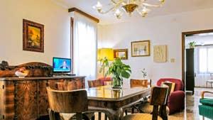 Le Salon Salle à Manger de l'appartement Jardin del Marangon, dans le sestier du Dorsoduro à Venise.
