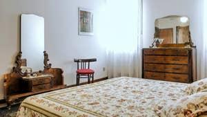 La Première Chambre de l'appartement Jardin del Marangon, dans le sestier du Dorsoduro à Venise.