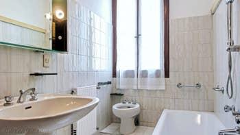 La Première Salle de Bains de l'appartement Jardin del Marangon, dans le Sestier du Dorsoduro à Venise.