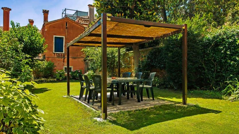 Location Jardin del Marangon à Venise, le jardin et sa terrasse ombragée