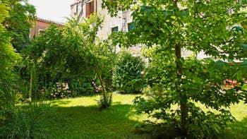 La vue sur les jardins voisins depuis la fenêtre de la chambre de l'appartement Jardin Lorenzo Lion, dans le Sestier du Castello à Venise.