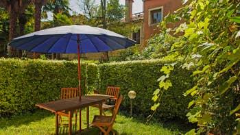 Le jardin privé de l'appartement Jardin Lorenzo Lion, dans le Sestier du Castello à Venise.