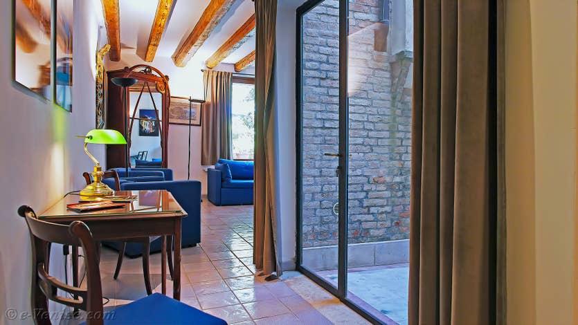 Location Jardin Lorenzo Lion à Venise, le salon salle à manger